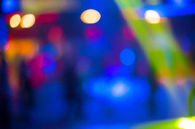 人々が歌う踊りは楽しい時を過し、夜のクラブでリラックス