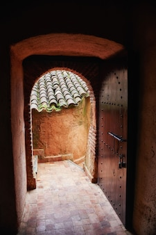 モロッコの路上で美しい木製のドア