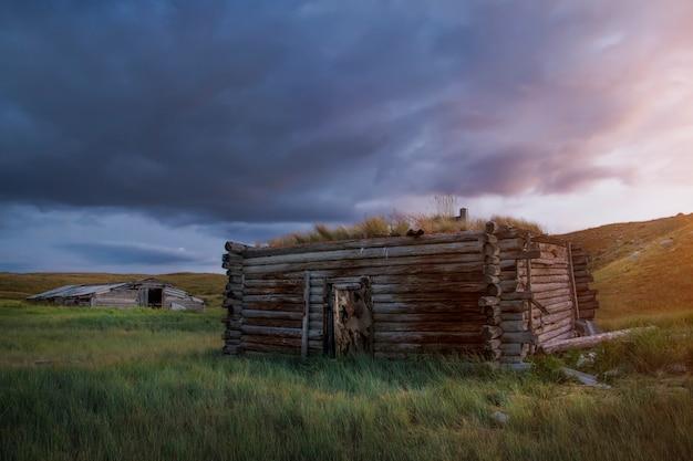 草原、美しい夕方の空の夕日