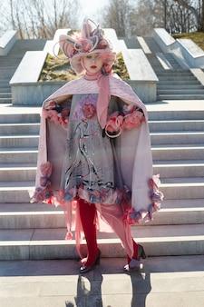 新しいファッションの流行の創造的な服の民族の女の子