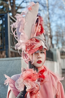屋外でポーズをとって女の子新しいファッションヴォーグ創造的な服