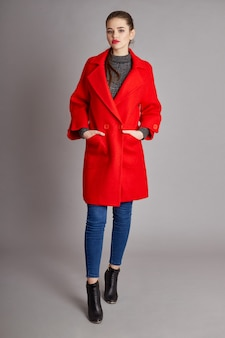 Модная девушка в весеннем пальто, осенняя одежда