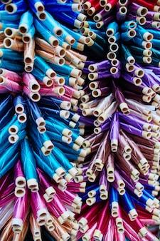 Большое количество ниток, окрашенных в разные цвета