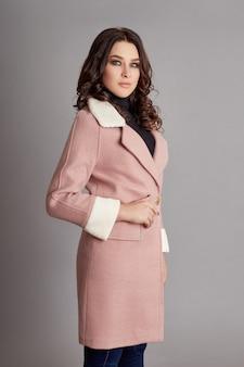 Женщина весной, осеннее пальто мода прохладная погода