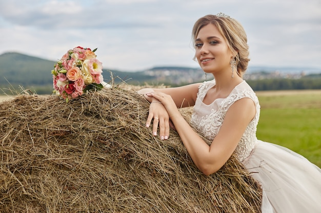結婚式の前に新郎を待っている花嫁の花束の花