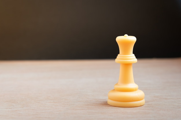 黒の背景に白のチェスの女王