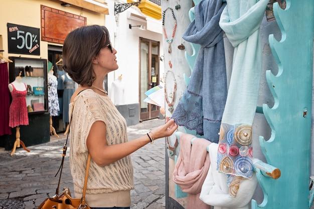 Девушка покупками в окрестностях санта-крус в севилье