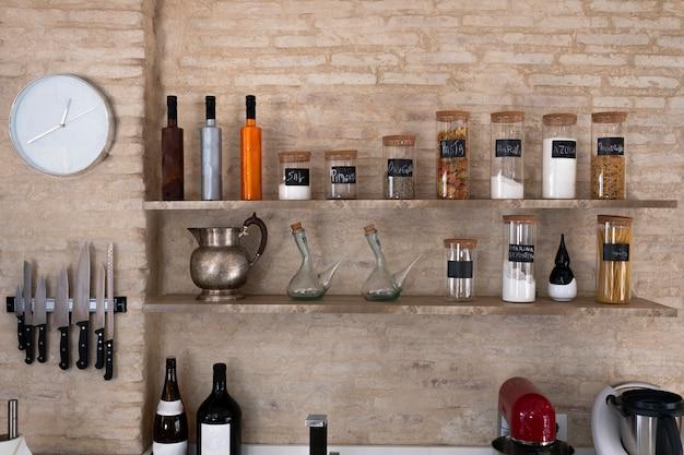Кухонные полки с различными пищевыми ингредиентами на фоне кирпича