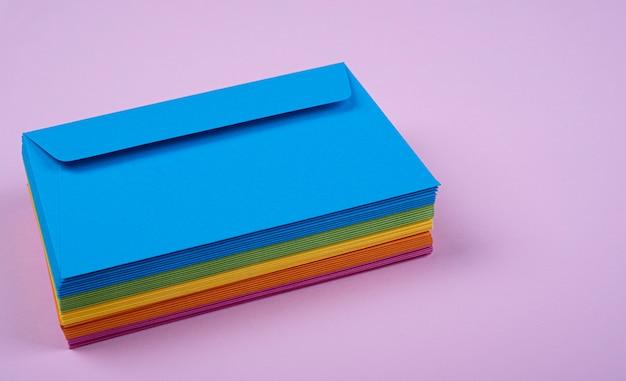 積み重ねられた色の封筒