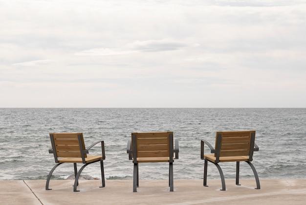 海を望む遊歩道の椅子