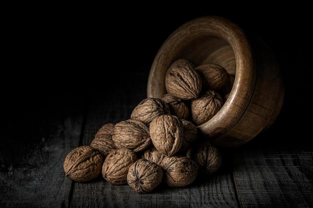 木製のボウルからこぼれたナッツ