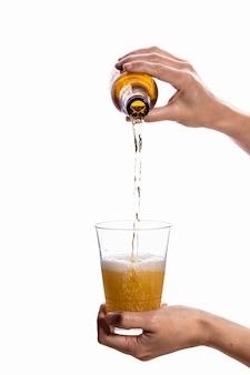 グラスにビールを注ぐ人