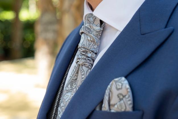 グレーのビンテージネクタイとマッチングスカーフブルー新郎スーツ