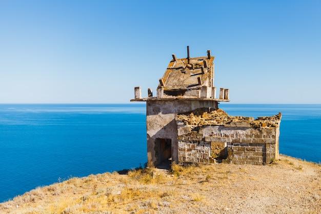 岬の古い台無しにされた灯台。窓やドアのない灯台。