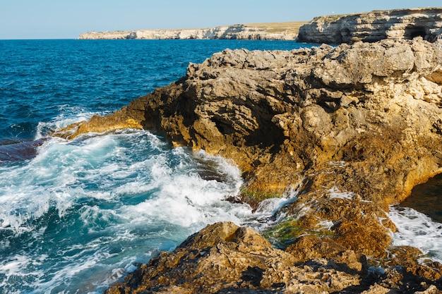 海の岩の多い海岸。上からの眺め