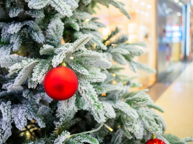 店の窓を背景にショッピングセンターのクリスマスツリー
