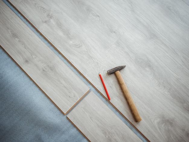 アパートの修理プロセス。ラミネートフローリング