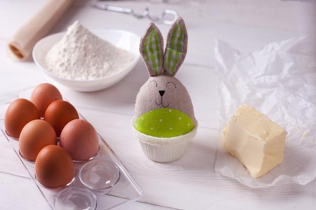 イースターベーキングと白のイースターのウサギの食材のセット