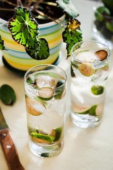 フェイジョア、垂直、選択的なフォーカスを持つ冷たい飲み物