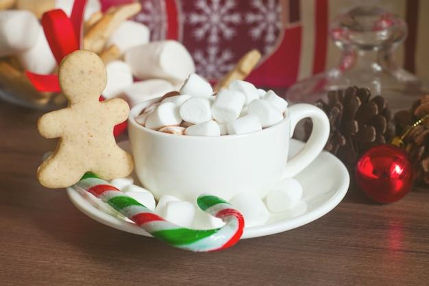 クリスマスのジンジャーブレッドとキャンディケイン