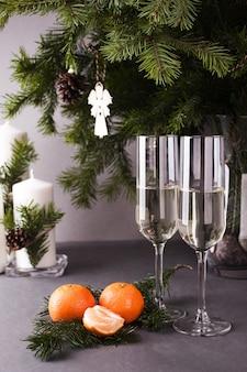 クリスマスの装飾とシャンパン