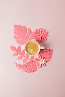 ロマンチックな朝の朝食 - コーヒーエスプレッソと折り紙ペーパークラフトの花のモダンなコンセプト