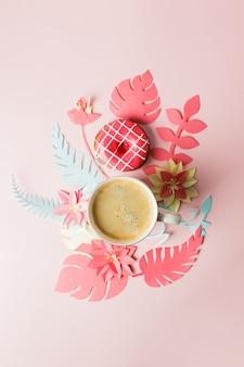 一杯のコーヒー、ドーナツ、モダンな折り紙手芸紙の花コピースペースを上からの眺め