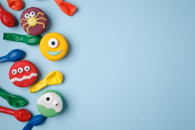 おいしいハロウィーンのマカロン、菓子のマスチックで作られた明るい装飾入り
