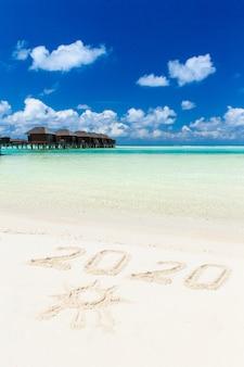 モルディブとブルーラグーンの熱帯のビーチ