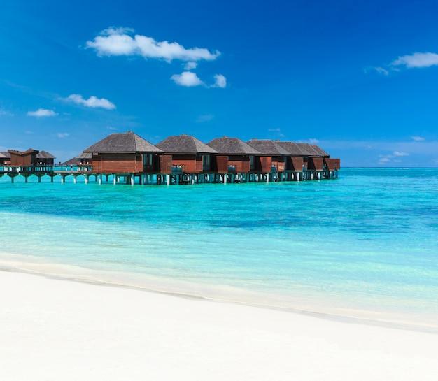 晴れた日に熱帯のビーチの家