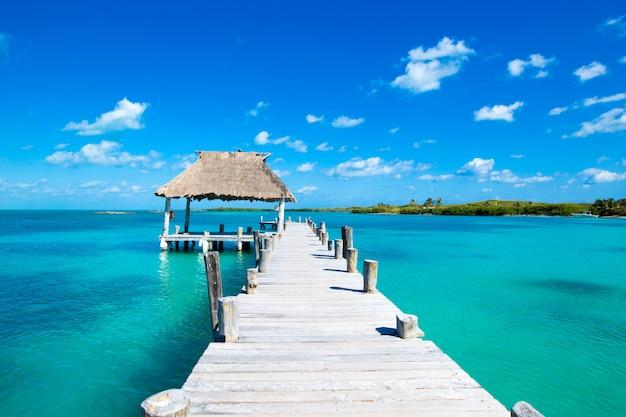 Тропический пляжный пирс в солнечный день