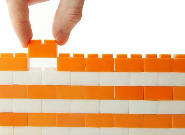 Рука, добавив блок в игрушечной стене