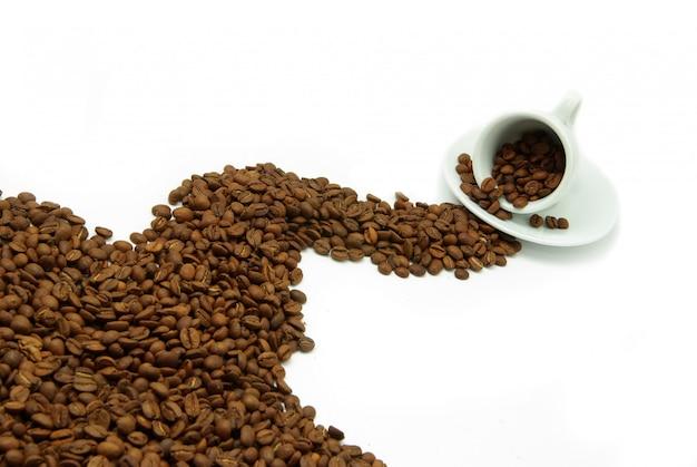 カップからこぼれたコーヒー豆