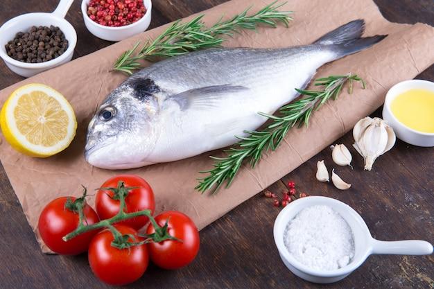 生の魚と食材