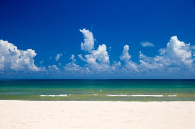 Тропическое море на белом песчаном пляже