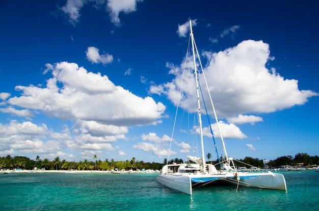 Тропическое море с лодкой
