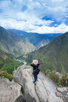 Туристы гуляют в горах мачу-пикчу