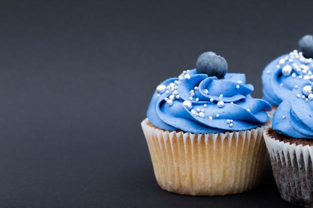 ブルーベリーと青いカップケーキ