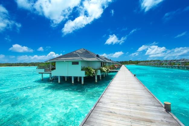 Мальдивские острова с бунгало на берегу океана