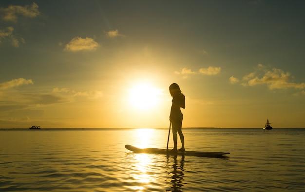 Счастливая женщина отдыхает на пляже