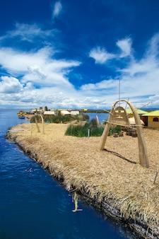 プーノ、ペルーの近くのチチカカ湖のトトラ船