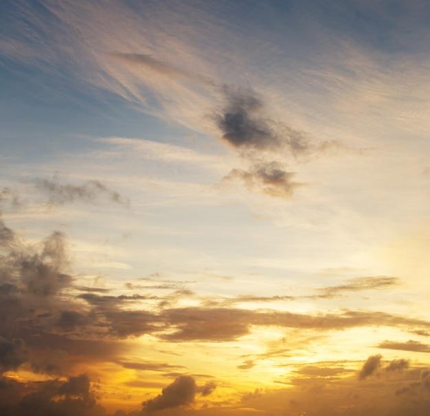 静かな海面にカラフルな夕焼け空