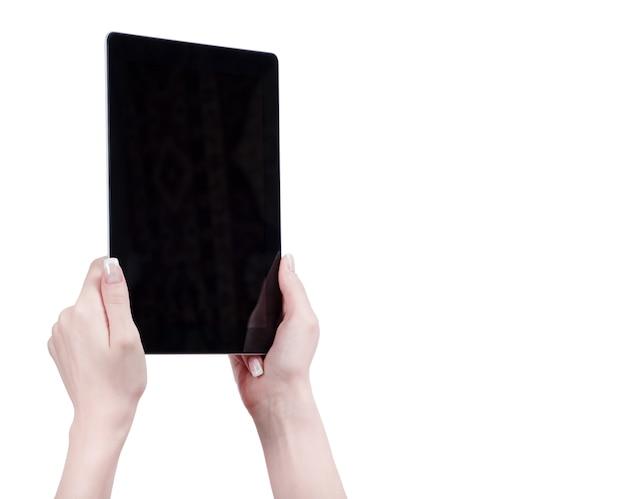 Руки держат планшетный компьютер с гаджетом на белом фоне