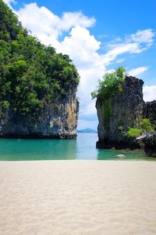クラビの岩と海
