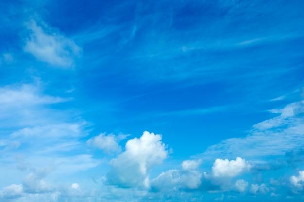 Голубое небо фон с крошечными облаками