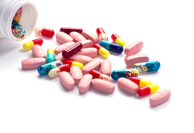 Таблетки таблетки бутылки на белом фоне