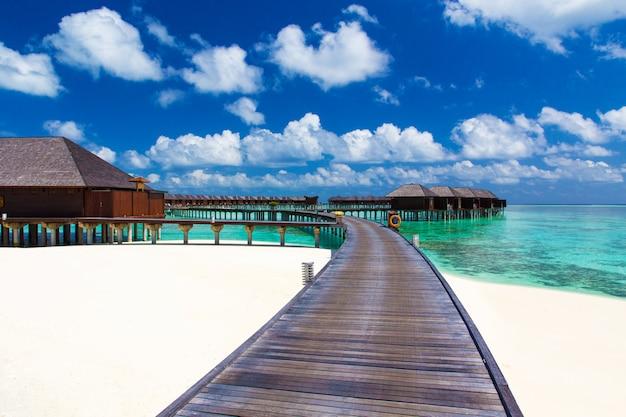 Пейзаж пляжа мальдивских островов. тропическое море. фон для летнего отдыха и отдыха концепции.