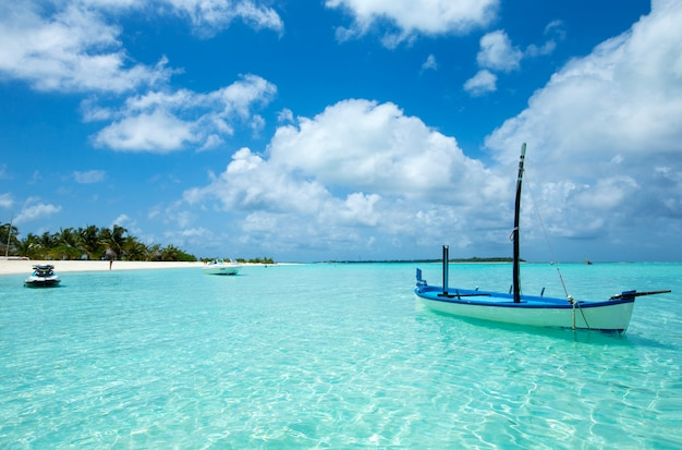 Красивый тропический остров мальдивских островов с пляжем, морем и голубым небом