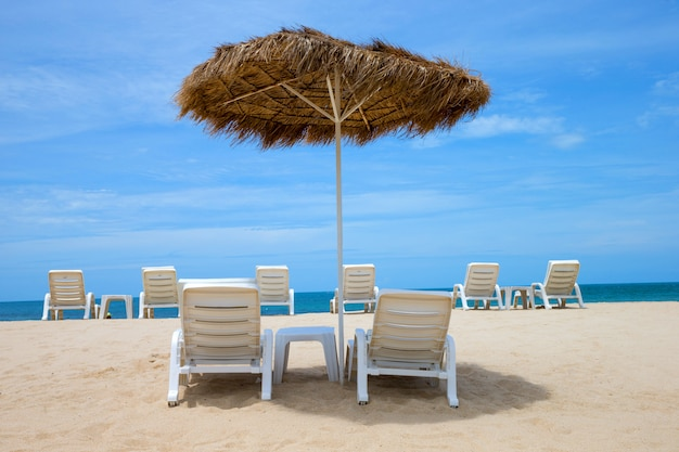 Гамаки на пляже с видом на море