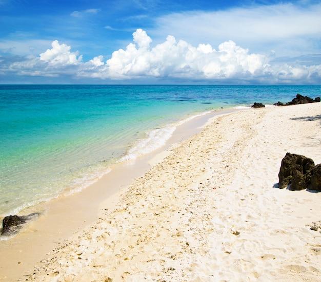 Красивый тропический пляж, вид на горизонт между морем и небом